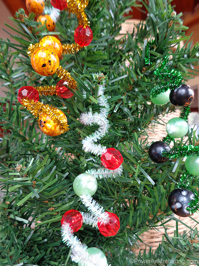 Easy christmas ornaments for kids pipe cleaner beads for Simple christmas decorations to make