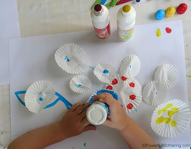 dot markers to color cupcakes