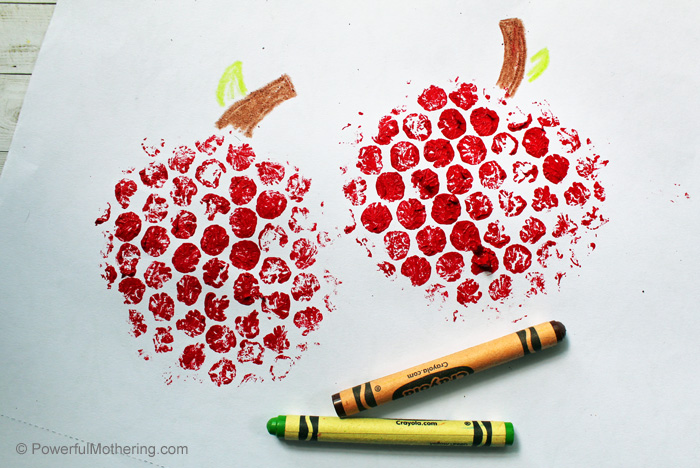 Apple Bubble Wrap stamp craft for kids. This is a great craft for children of all ages and the results are so fun! #paint #craftsforkids #applecrafts #backtoschool #fall #handsonlearning
