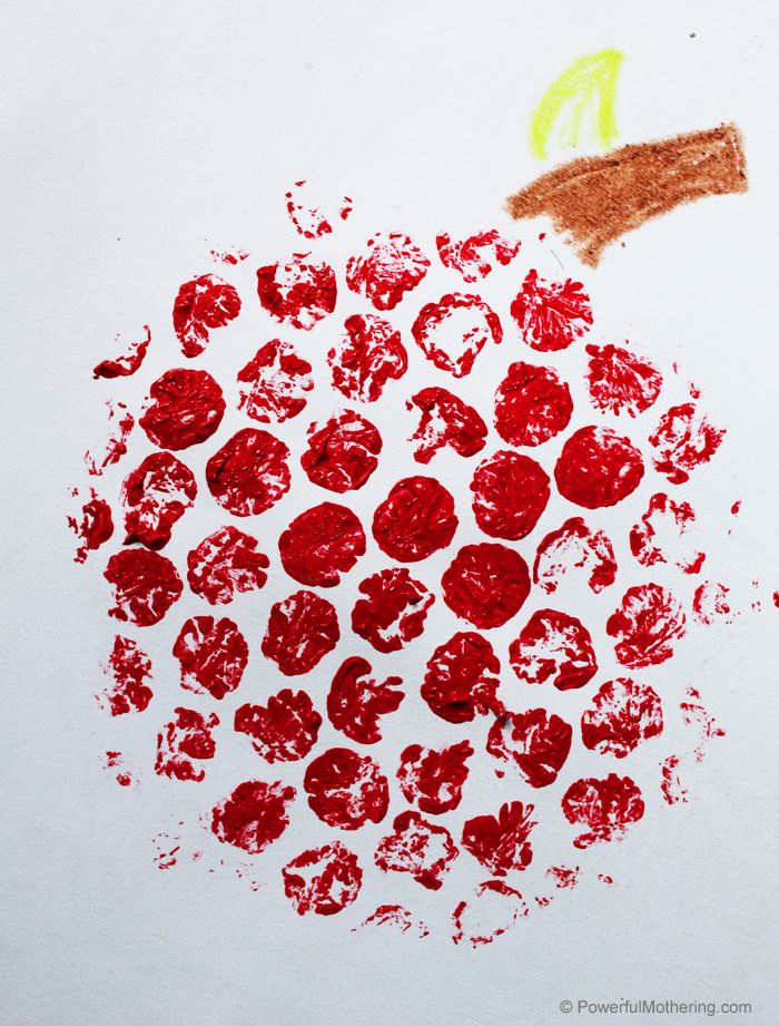 Apple Bubble Wrap stamp craft for kids. This is a great craft for children of all ages and the results are so fun!