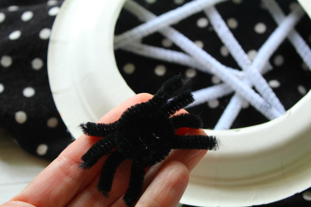 Super fun and spooky Halloween craft for kids. Kids will love to make this paper plate spider web craft!